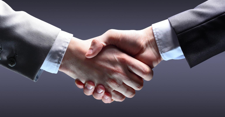 Handshake- bat-tay-khach-hang
