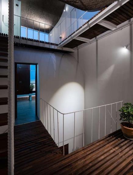 Ngôi nhà mái cong giữa lòng Sài Gòn đẹp lung linh trên báo ngoại