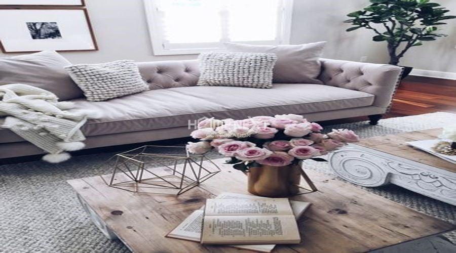 Không gian phòng khách sẽ trở nên sống động, cuốn hút hơn khi có một chậu hoa đặt trên bàn