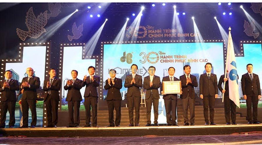 Thứ trưởng Xây dựng Lê Quang Hùng trao Huân chương lao động hạng nhì cho Tập đoàn Hòa Bình