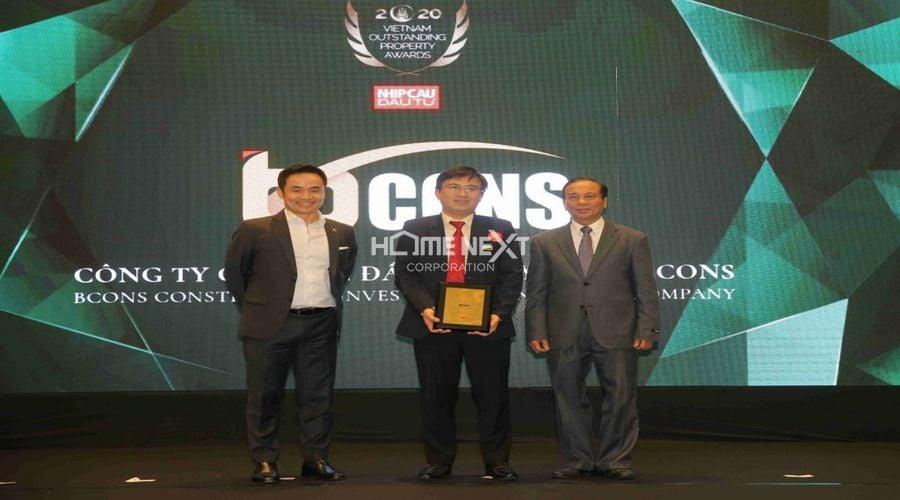 """Ông Ngô Lưu Bình – Tổng Giám đốc Tập đoàn Bcons nhận giải """"Đơn vị xây dựng & Cung cấp vật liệu xây dựng tiêu biểu"""