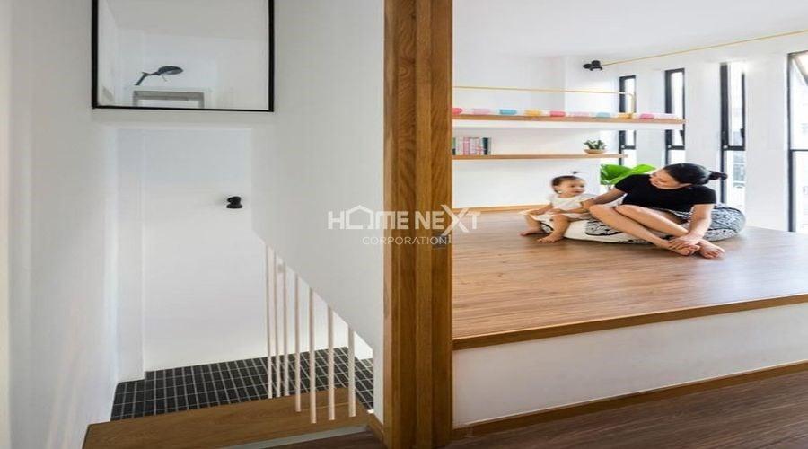 Gia chủ sử dụng sơn tường trắng và đồ nội thất màu be sáng tạo cảm giác rộng rãi