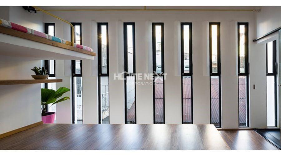 Cửa sổ được thiết kế cách điệu để đón nắng và gió