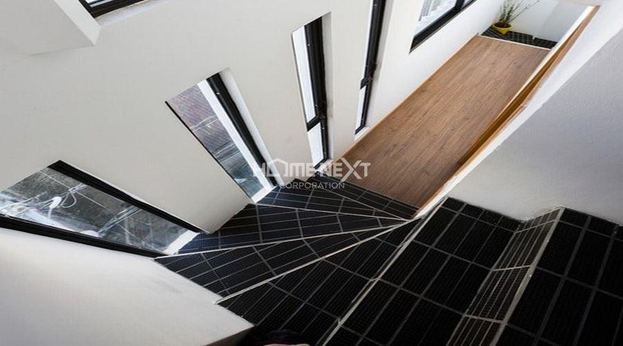 Cầu thang của ngôi nhà được tối giản hóa để tiết kiệm diện tích