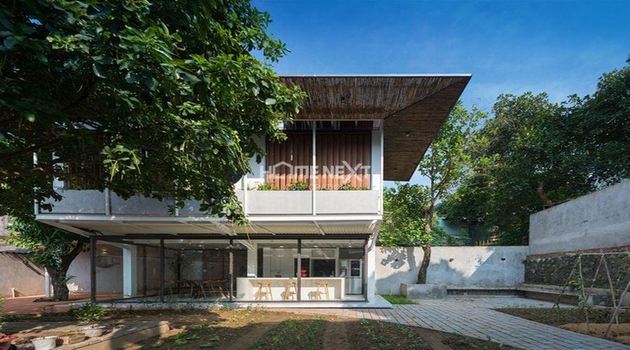 Ngôi nhà là một cụm gồm ba khối đơn xoay quanh khu vườn rộng rãi phía sau