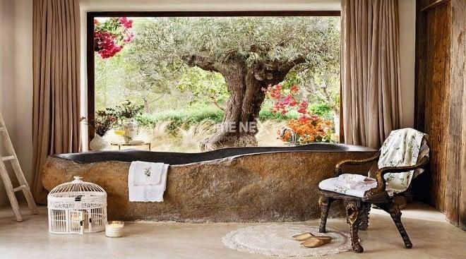 Bồn tắm màu tối cực kì nổi bật giữa một phòng tắm cổ điển màu sáng