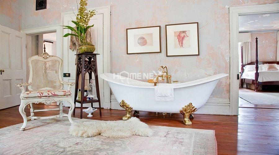 Bồn tắm chính là điểm thu hút nhất trong phòng tắm sang trọng này