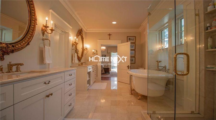 Phòng tắm được thiết kế với màu sắc nổi bật, tinh tế
