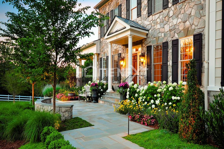 Không gian sân vườn xinh xắn phía trước ngôi nhà