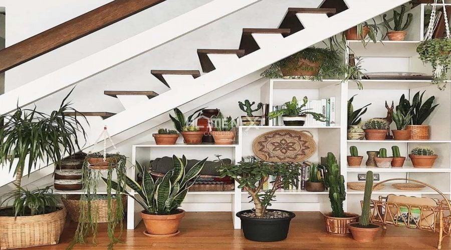 Tận dụng góc khuất của cầu thang để tạo không gian xanh