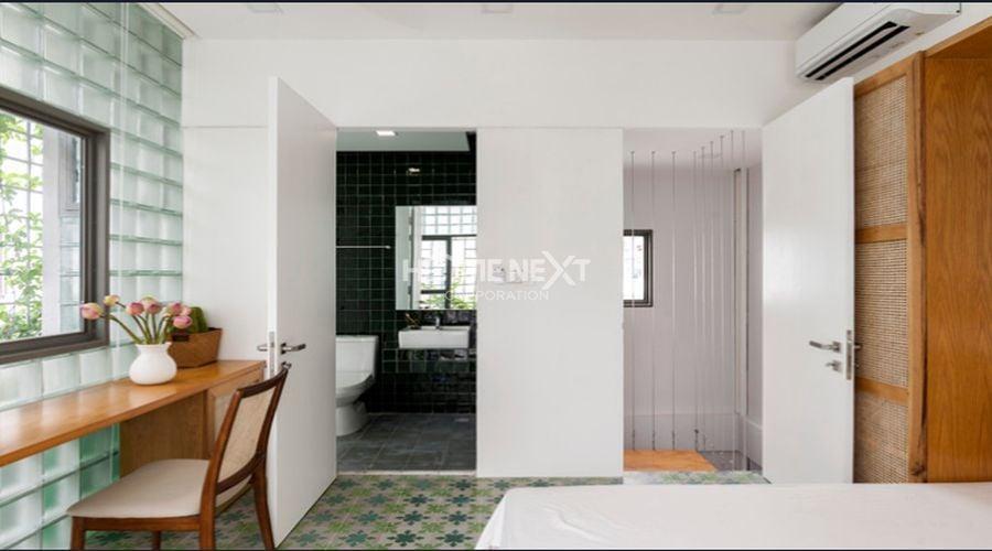 Khác với tầng 2, tầng 3 không sử dụng lớp cửa kính lá chuối để ngăn cách phòng ngủ với nhà vệ sinh. Thay vào đó, một bức tường màu trắng mỏng được dùng để phân chia không gian.
