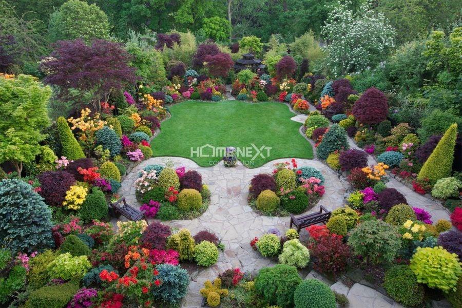 Khu vườn là sự kết hợp màu những loài hoa, cây có nhiều sắc màu