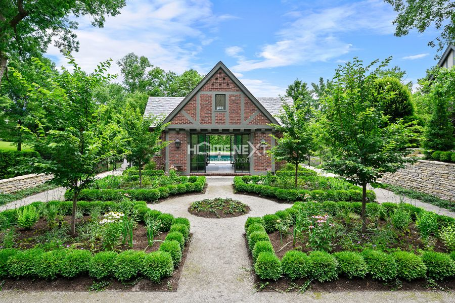 Sân vườn đẹp với phong cách đối xứng