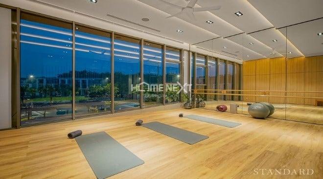 Phòng tập yoga với tầm nhìn ra khu vực xung quanh
