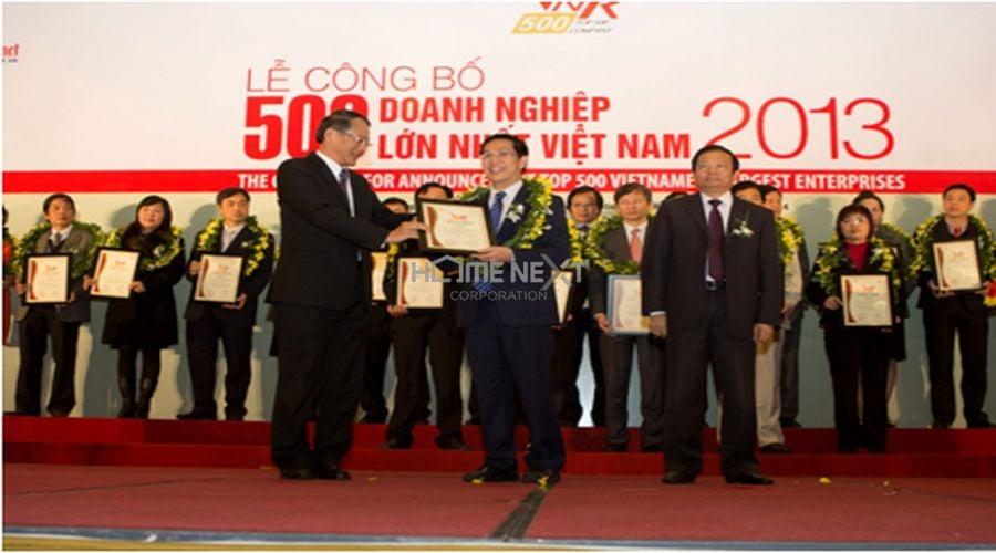 Đại diện công ty Becamex IDC lên nhận giải thưởng