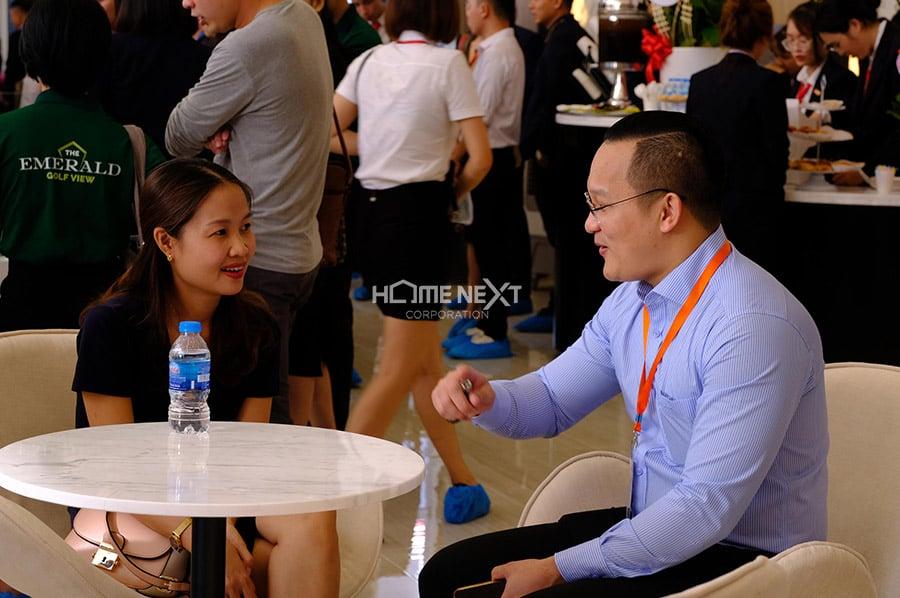 Tư vấn khách hàng nhiệt tình của đội ngũ HomeNext